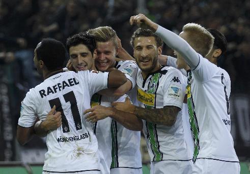 Niềm vui của cầu thủ Monchengladbach khi ghi bàn vào lưới Bayern. Ảnh: Reuters.