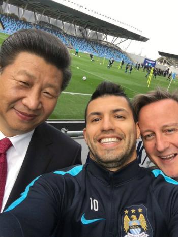 Chủ tịch Trung Quốc Tập Cận Bình (trái) chụp selfie cùng ngôi sao Man City Sergio Aguero (giữa) và Thủ tướng Anh David Cameron trong chuyến thăm sân Etihad. Ảnh: Twitter.