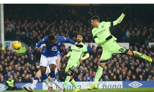 Lukaku (áo xanh) ghi bàn ấn định chiến thắng 2-1 cho Everton. Ảnh: Reuters.