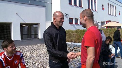 Tầm vóc vĩ đại của Zidane khiến anh trở thành thần tượng của ngay cả những bậc HLV, cầu thủ tài danh cỡ Pep Guardiola hay Xabi Alonso.