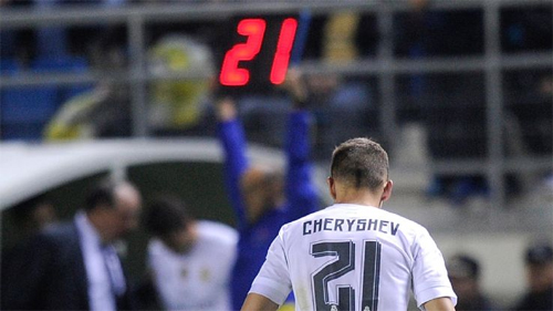 HLV Benitez sớm đưa Cheryshev rời sân trong trận gặp Cadiz nhưng vẫn không tránh khỏi án phạt hồi cuối năm ngoái. Ảnh: Reuters