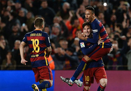 Messi chia vui với Neymar và Alba sau cú sút phạt vào lưới Sevilla. Ảnh: Reuters
